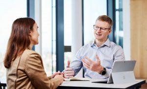 Results Coaching Marc Kaltenhäuser im Dialog mit Klientin am Tisch sitzend